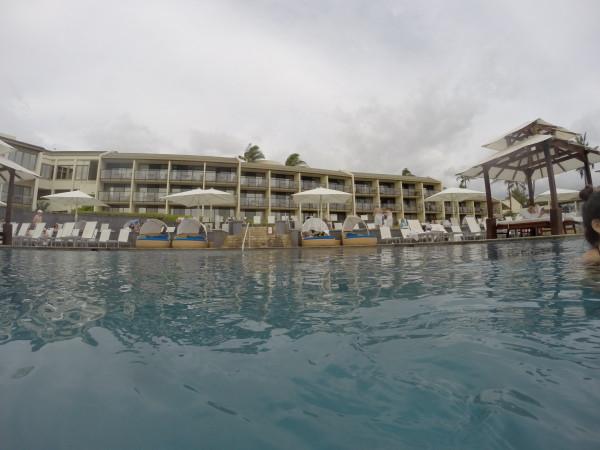 プールから見たワイレアビーチマリオット2