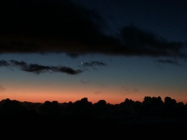 ハレアカラ山頂2。うっすらと月が見えます。