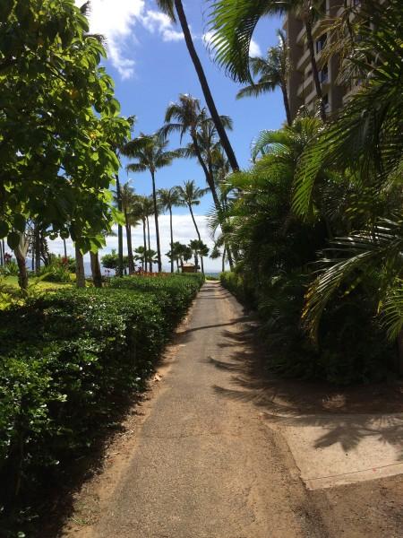Kaanapali Beach(カアナパリビーチ)に向かう細道