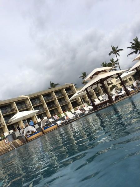 プールから見たワイレアビーチマリオット