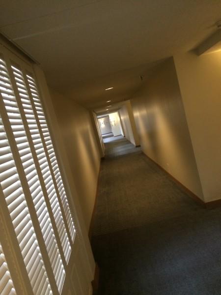 コーヒーをとりに行く途中の廊下