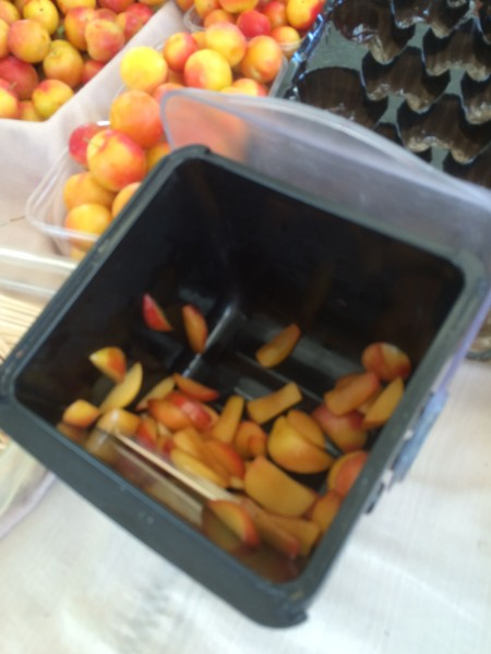 ハリウッドのファーマーズマーケットのフルーツ試食