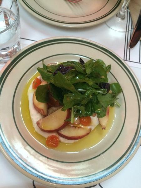 Jon and Vinnys ブラータと白桃のサラダ